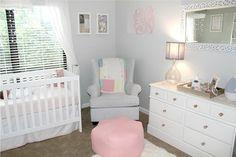 quarto de bebê branco e cinza com detalhes rosa