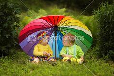 crianças sob o guarda-chuva colorida — Imagem Stock #30259893