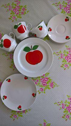 Ich trenne mich nur schwer von diesem supersüßen Apfelgeschirr! Verschiedene Teile von Seltmann Weiden und Winterling. Altersbedingte Gebrauchsspuren an den Tellern mit den großen Äpfeln. Zwei...