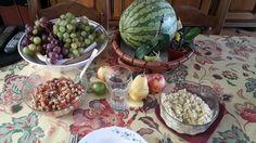 Petit repas sain et bon constitué d'une salade marocaine de pois chiches, de semoule, quelques fruits pour finir et un peu d'eau pour se rafraîchir :)