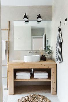Esprit nature pour cette salle de bains avec son meuble en bois et sa vasque en céramique blanche posée. Une échelle en bois permet de suspendre les serviettes de bains. Apartment In S. Bento - Picture gallery @Arkstudio #wood #white #bathroom