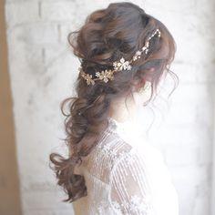 ゆるく柔らかい編みおろしヘアに、小花が並んだゴールドのバックカチューシャを付けて。上品な雰囲気が、クラシックなドレスなどにも良く合います。