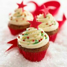 Christmas is the season for cupcakes! Step up your cupcake style this year with these festive recipes! Christmas is the season for cupcakes! Step up your cupcake style this year with these festive recipes! Christmas Cupcakes Decoration, Christmas Tree Cupcakes, Holiday Cupcakes, Christmas Sweets, Christmas Cooking, Holiday Treats, Holiday Recipes, Cupcake Decorations, Xmas