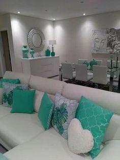 Sala de estar e jantar em tons de branco com decoraçao verde