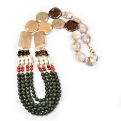 Colar de contas em resina com quatro voltas nas cores verde, vermelho, branco e marrom. Acabamento com pedras brasileiras e em resina. R$151,20.