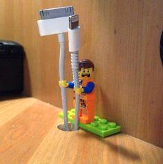 Deine Kabel fallen ständig vom Schreibtisch? Eine Lego-Figur kann sie Dir festhalten.   33 geniale Lifehacks, die Du wirklich nützlich finden wirst
