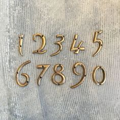 商品説明アンティークの風合いが再現された真鍮のハウスナンバー。一つ一つ職人の手によって加工されているため、少しずつ表情が異なります。真鍮は錆びないので屋外でも安心してお使いいただけます。ルームナンバー…