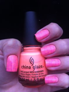 ***China Glaze - Sun Of a Peach*** Para carimbar, usei a plaquinha DRK-B e utilizei, como esmalte de carimbo, o China Glaze - That's Shore Bright.
