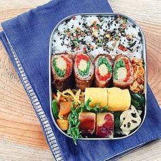 カラフルな肉巻きがメインのお弁当。ヤングコーン・パプリカ・いんげんをお肉で巻いています。その他にも卵焼きや根菜類など野菜もたっぷりでボリューム満点!パズルのように無駄なく並べられたおかずが美しい♪