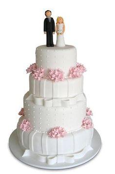 Bolo redondo branco de quatro andares coberto de pasta americana com flores, fitas e pontinhos, Special Cake.Preço:a partir de R$ 100 o quilo Foto: Divulgação