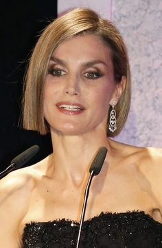 Slender Spanish Queen Letizia presents Salma Hayek with an award Wedding Outfits For Family Members, Spanish Queen, Spanish Royalty, Estilo Real, Portraits, Crown Princess Victoria, Princess Charlene, Royal Jewelry, Queen Letizia