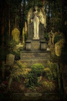 Highgate cemetery in London Cemetery Monuments, Cemetery Statues, Cemetery Headstones, Old Cemeteries, Cemetery Art, Angel Statues, Graveyards, Statue Ange, Cemetery Angels