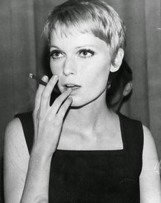 30 Beautiful Portraits of Mia Farrow With Pixie Haircut in the 1960s ~ Vintage Everyday Celebrity Pixie Cut, Celebrity Short Haircuts, Undercut Hairstyles, Pixie Hairstyles, Cool Hairstyles, Undercut Pixie, Pixie Haircuts, Mia Farrow Pixie, Short Hair Cuts