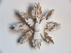 Divino espirito santo e esplendor todo feito em madeira.  É, sem dúvida, um lindo objeto de decoração. Pode ser utilizado em qualquer ambiente, dizem até que na porta de casa ou na cabeceira da cama além de enfeitar ele também protege.  Tamanho aproximado: 20 cm R$ 15,00