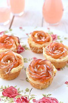 Die Apfelrosen aus Blätterteig sehen toll aus und schmecken sehr gut. Das Dessert ist sehr einfach zu zubereiten, geht schnell und nur mit 4 Zutaten.