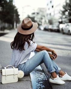 Ideas de outfits para las que aman vestir con sneakers.