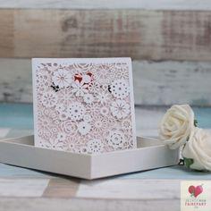 Pochette pour faire-part de mariage composée de fleurs