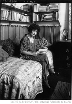 Mlle Irène Lagut, peintre lisant : [photographie de presse] / Agence Meurisse - 1922