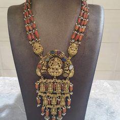 Indian Jewelry Earrings, Royal Jewelry, Ear Jewelry, Gold Jewelry, Jewelery, Jewelry Necklaces, Gold Earrings Designs, Gold Jewellery Design, Simple Jewelry