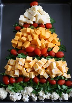 Christmas Tree Cheese Tray - (bet I could find a tree shaped tray at the dollar store!) - My DIY Tips Christmas Friends, Christmas Party Food, Xmas Food, Christmas Appetizers, Christmas Cooking, Noel Christmas, Christmas Goodies, Christmas Veggie Tray, Christmas Cheese