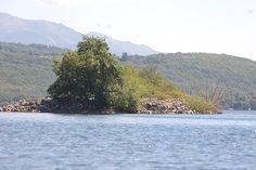 La isla de Las Moras, enclavada en el Lago de Sanabria, acogió un palacete nobiliario y todavía sigue viva en la zona la creencia de que alberga bajo sus ruinas grandes tesoros El Lago de Sanabria mantiene en su seno y como una reliquia la conocida Isla de Las Moras,   #isla #lago de sanabria #Sanabria