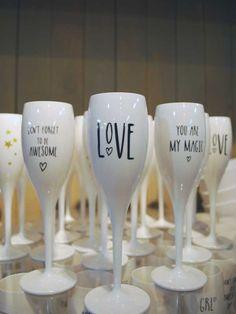 Valentijn is de dag bij uitstek om jouw liefste eens goed in de watten te leggen. Met een mooi boeket bloemen zit je altijd goed! Ga voor de klassieke rode roos of lees dit artikel voor meer inspiratie… Flute, Wine Glass, Tableware, Dinnerware, Tablewares, Flutes, Dishes, Tin Whistle, Place Settings