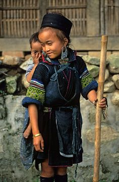 [VIETNAM.NORTH 21.444]  'Black H'mong girl with brother.'    Black H'mong girl with her little brother in Tavan village, east of Sapa. Phot...
