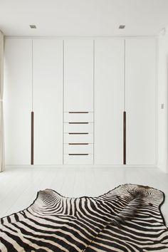 Wardrobe doors with recess handles White Minimal Wardrobe Doors, Bedroom Wardrobe, Wardrobe Closet, Built In Wardrobe, Wardrobe Furniture, Ikea White Wardrobe, Wardrobe Door Designs, Placard Design, Garderobe Design