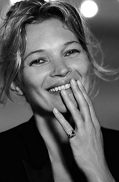 Kate Moss for David Yurman Pinky Rings For Women, Rings For Men, Pinky Finger Ring, Kate Moss Stil, Moss Fashion, Foto Portrait, Miss Moss, Jewelry Photography, Signet Ring