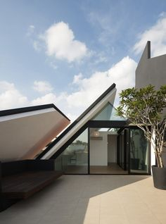 "Armadillo House / Formwerkz Architects. Singapore shouldn't an ""armadillo house"" be in TEXAS?!?"
