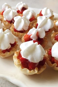 Mini Strawberry Bites - These sweet little strawberries n' cream fillo cups are delicious and super simple to make in just minutes! Try this delicious dessert recipe for your of July party. Mini Desserts, Laos Desserts, Mini Dessert Recipes, Strawberry Desserts, Just Desserts, Delicious Desserts, Yummy Food, Strawberry Pie, Deserts