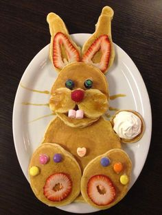 Easy to make Easter recipes. Bunny pancakes, bunny wafelf, easter bunny scrambled eggs, easter chickens and styles Easter eggs. Cute Breakfast Ideas, Breakfast For Kids, Breakfast Healthy, Dinner Healthy, Brunch Ideas, Breakfast Recipes, Easter Dinner, Easter Brunch, Baked Sour Cream Donut Recipe