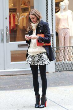 tenue so cute et trendy : jupe évasée imprimée à shopper! associée à des bottines à talons = perfect match!