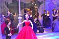 Bij Printemps kreeg het iconische modehuis Dior de eer om elf etalages aan te kleden. Als boegbeeld van de Parijse mode mocht Dior 74 poppen hullen in de meest iconische ontwerpen uit de geschiedenis van Dior. Niet zonder de nodige dosis humor, koos het luxehuis voor een beeld dat zweeft tussen een bal en een poppentheater.