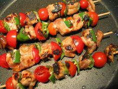 Pour passer un bon Viandes, nous vous proposons une recette de Brochettes de poulet aux deux poivrons . recette de cuisine, facile et rapide, par Les gourmands mediterraneens