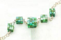 Cube square beaded bead bracelet, tutorial not in En with pictures Beaded Jewelry Patterns, Bracelet Patterns, Handmade Beads, Handcrafted Jewelry, Chevron Friendship Bracelets, Seed Bead Bracelets, Jewelry Making Tutorials, Bead Jewellery, Bead Weaving