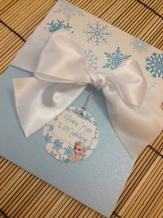 This is the coolest Disney Frozen Birthday Party Invitation. The frozen invitations includes a white bow, the tag and envelopes. Elsa Birthday Party, Disney Frozen Birthday, Disney Frozen Elsa, 4th Birthday Parties, Birthday Party Invitations, Frozen Invitations, Frozen Cards, Party Deco, Frozen Theme Party
