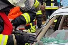 Aggsbach/Markt: Autofahrer (23) geriet in Gegenverkehr - nach Unfall im Auto eingeklemmt