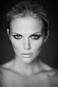 Brooklyn Decker in Golden Eye- makeup and portrait prefect Portrait Studio, Photo Portrait, Female Portrait, Beauty Portrait, Black And White Portraits, Black And White Photography, Beauty Photography, Portrait Photography, Photography Women