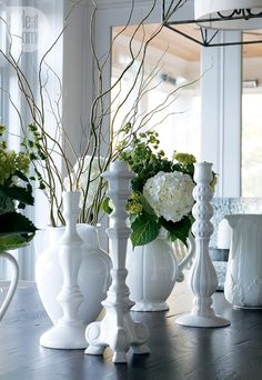 Table setting—The white table settinggives a fresh clean look to the cottage. Style Cottage, Modern Cottage, White Cottage, White Table Settings, Blog Deco, Coastal Style, Nautical Style, Luxury Interior Design, Decorating On A Budget