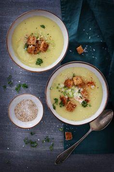 Pastinakensuppe mit Gomasio und Chilicroûtons / Schmeckt auch super mit Mandelmuss ca. 3El anstelle der Crème fraîche, die Chilicroûtons mit Olivenöl zubereitet und schon ist es auch vegan, einfach klasse.