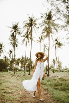 White sleeveless midi dress+white slides+round rattan shoulder bag+straw sun hat+gold necklace. Summer Casual Outfit 2018