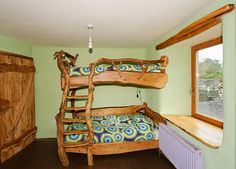 Colin Ritchie's beautiful handmade bunk beds in the Mud and Wood House - www.mudandwood.com