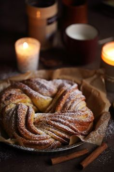 Cinnamon and ginger braided brioche Köstliche Desserts, Dessert Recipes, Bread Bun, Yummy Food, Tasty, Vegan Kitchen, Bread And Pastries, Christmas Cooking, Christmas Recipes