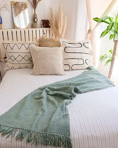 Uni Bedroom, Sage Green Bedroom, Green Bedding, Green Rooms, Room Ideas Bedroom, Green Bedroom Design, Green Bedroom Decor, Airy Bedroom, Apartment Bedroom Decor