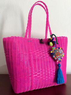 Bolsa artesanal tejida en plástico color rosa con adorno de corazón bordado  a mano cac2c73de75f