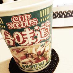 Feel like home. #whatiate #anotherfashionblog #feellikehome #cupnoodles #spicyseafoodflavor #macbookair