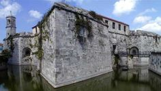 En 1555 el pirata francés Jacques de Sores tomó y saqueó La Habana tras derrotar a los escasos defensores. Para proteger la colonia, el rey de España envió en 1558 a Bartolomé Sánchez, que proyectó un castillo con una torre de colosal, lo que hizo que fuera reemplazado por Francisco de Calona, que tras más de 30 años de obras, no había logrado terminar el castillo.