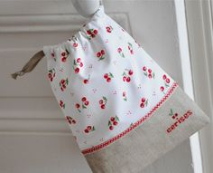 A Little Drawstring Bag by petits détails Fabric Crafts, Sewing Crafts, Sewing Projects, Operation Christmas Child, Linen Bag, Drawstring Pouch, Fabric Bags, Quilted Bag, Little Bag