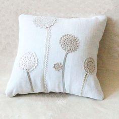 Ähnliche Artikel wie Land schicken 13 x 13 Kissen hergestellt aus antiken Hand … Similar Items Like Country Chic Pillows Made From Antique Hand Drawn Fabric And Vintage Doilies – Decorative Accent Pillow On Etsy Diy Pillow Covers, Diy Pillows, Cushion Covers, Pillow Ideas, Crochet Pillow, Pillow Fabric, Cushion Inspiration, Knitting Patterns, Crochet Patterns